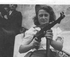 Simone Segouin a French Partisan Who Captured 25 Nazis in the Chartres Region | Public Domain | Wikipedia