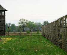Auschwitz II gate in 1959 | Wikipedia