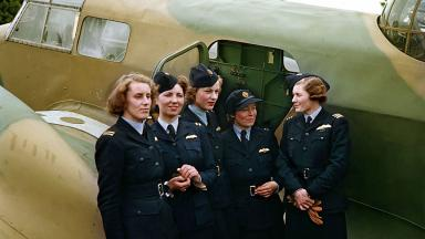 Lettice Curtis, Jenny Broad, Wendy Sale Barker, Gabrielle Patterson and Pauline Gower of the Air Transport Auxilary in 1942 | Public Domain | Wikimedia