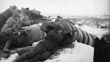 26th November 1942: Armed with light machine guns, Soviet troops attack the German forces in the vicinity of the Red October plant in Stalingrad.