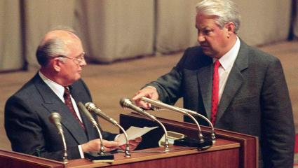 A picture taken on August 23, 1991 shows Russian President Boris Yeltsin (R) gesturing towards Soviet President Mikhail Gorbachev in Moscow