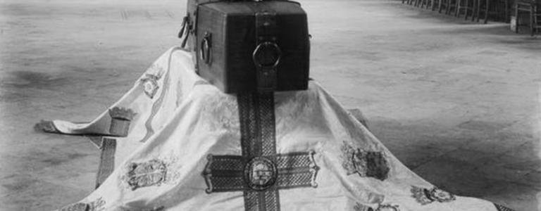 The coffin of the Unknown Warrior in state in the Abbey in 1920 | Wikipedia